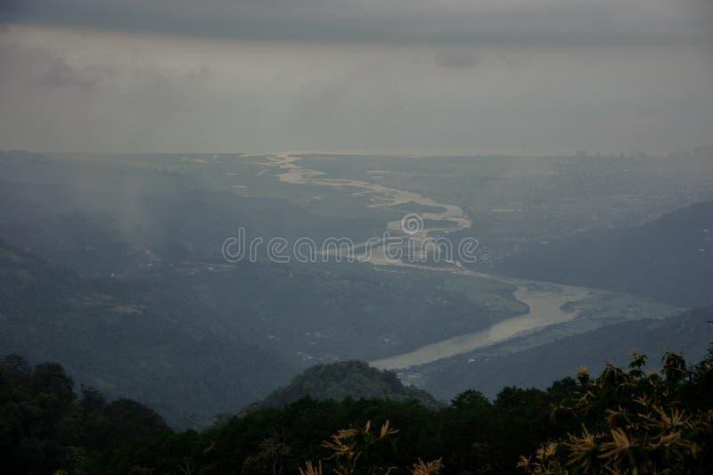 Gran visión desde los tops nublados de montañas fotografía de archivo libre de regalías