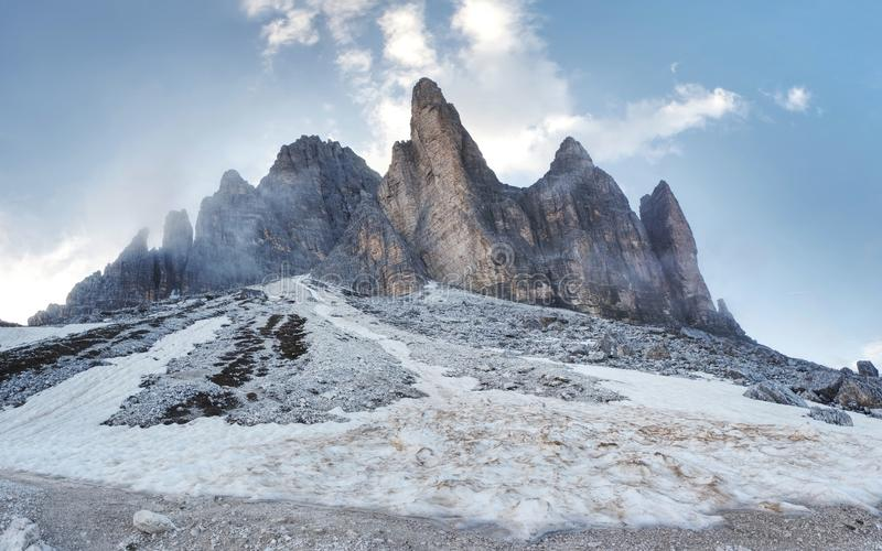 Gran vista del macizo alpino de Tre Cime di Lavaredo localización foto de archivo libre de regalías