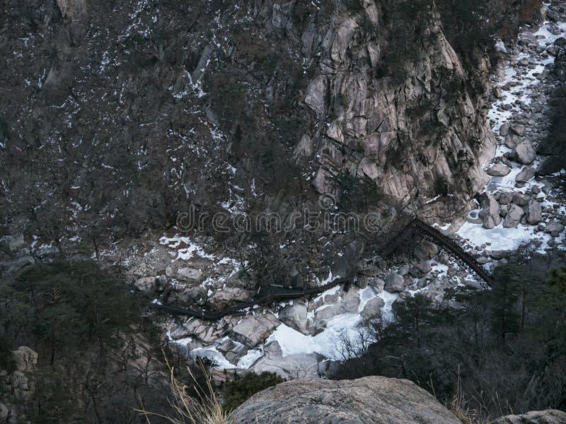 Gran vista a la cama del río de la montaña del alto pico del parque nacional de Seoraksan fotografía de archivo