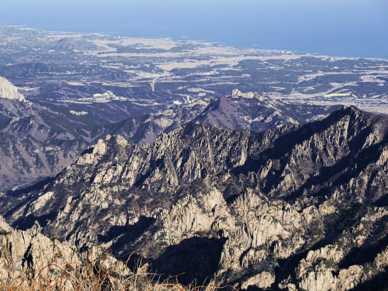 Gran vista a las montañas hermosas de la mayoría del pico de la altura de Seoraksan foto de archivo