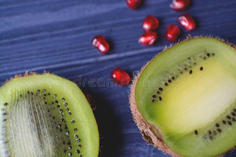 Granaat en kiwivruchten op de lijst Gezond voedsel Nuttige vruchten royalty-vrije stock fotografie