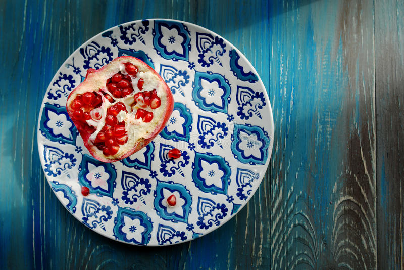 Granaat op plaat met blauwe en witte plaat royalty-vrije stock fotografie