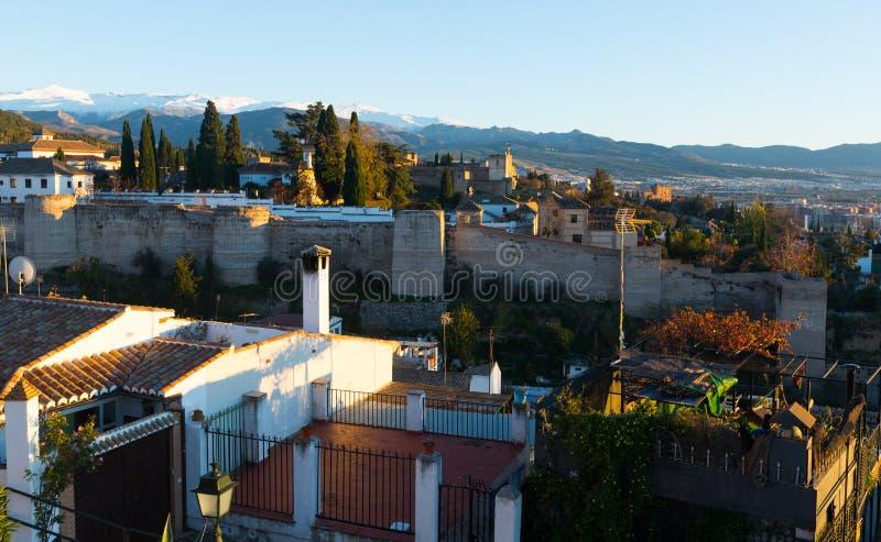 Granada con Alhambra e Sierra Nevada fotografie stock