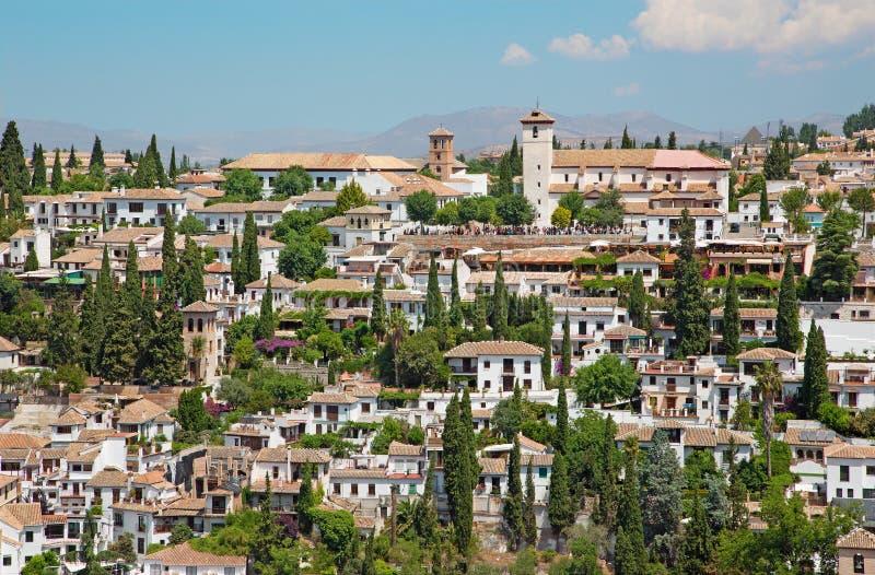 Granada - de blik aan het Albayzin-district en Sinterklaas-kerk van Alhambra stock afbeeldingen