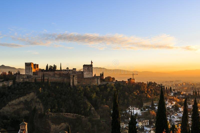 Granada España Panoramablick von Alhambra-Palast und -festung mit Sierra Nevada am Hintergrund Reiseziel in Spanien stockfoto