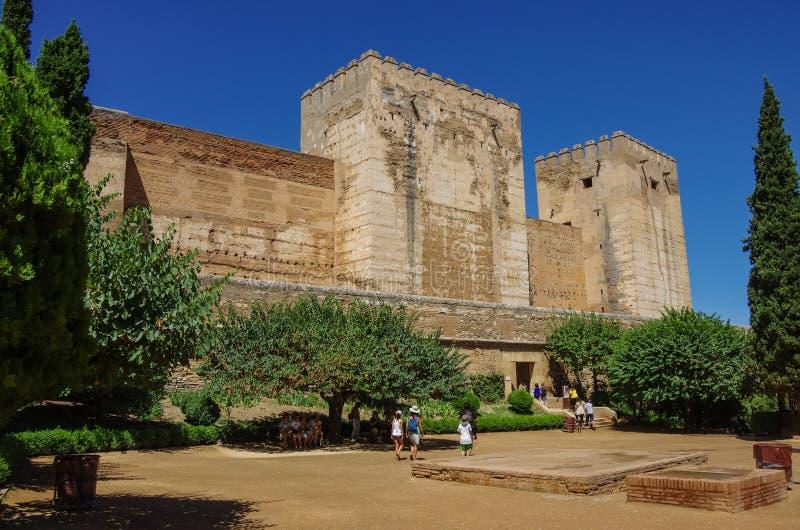 GRANADA, ESPAÑA - 11 de agosto de 2010: Turistas que visitan Alhambra, G foto de archivo