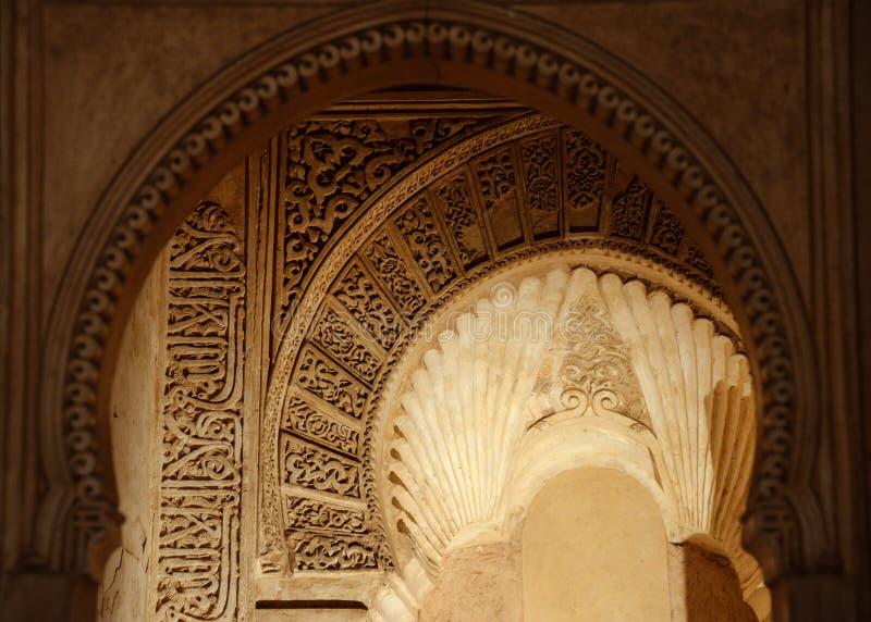 GRANADA, ESPAÑA - 6 DE MAYO DE 2017: Arcos y columnas de la corte de los leones en Alhambra imágenes de archivo libres de regalías