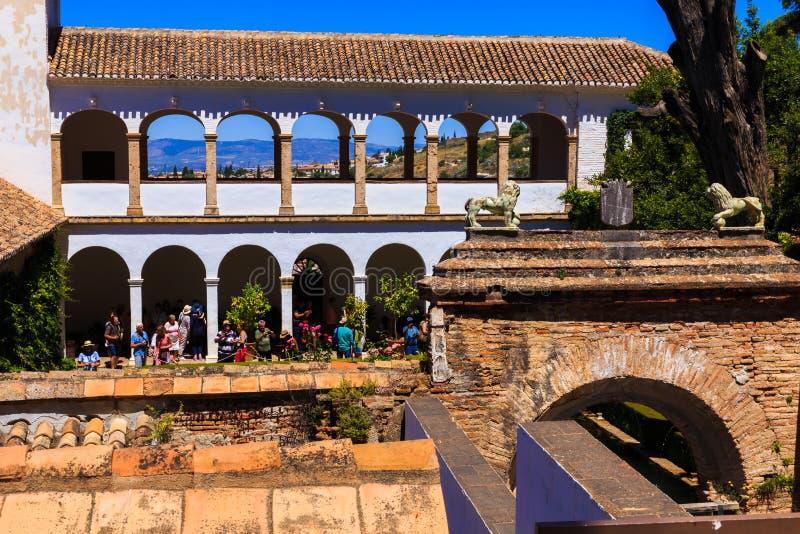 Granada, España - 27 de mayo de 2019: Vista general del patio de Generalife, con su fuente y jardín famosos Alhambra de Granada fotografía de archivo libre de regalías