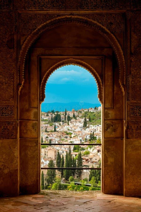 Granada, España - 5/6/18: Detalles esculpidos complejos de la ventana de Alhambra fotos de archivo libres de regalías
