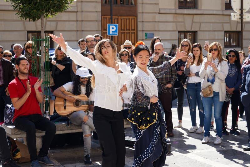GRANADA, ESPA?A 10 de marzo de 2019: Danzas del bailar?n del flamenco para los turistas en la plaza Nueva fotos de archivo
