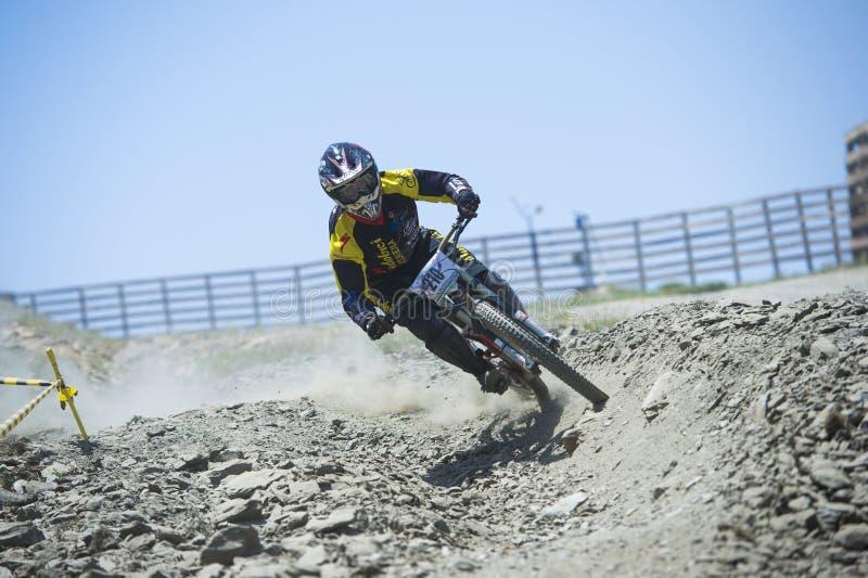 GRANADA, ESPANHA - 30 DE JUNHO: O piloto desconhecido na competição da bicicleta em declive Bull da montanha bikes AO 2013 do copo imagem de stock