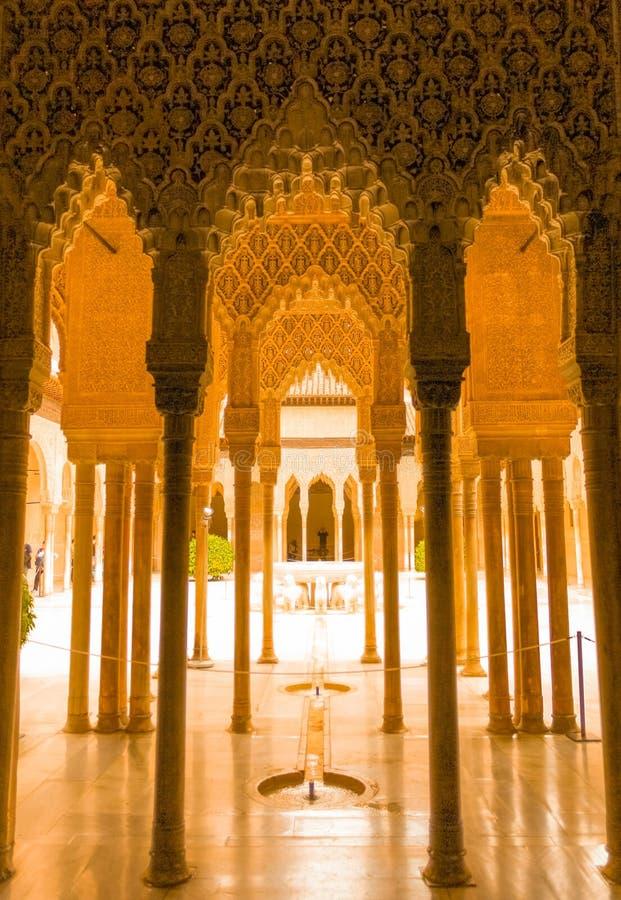 Granada, Espanha - 5/6/18: Fonte dos leões, palácio dos leões, Alhambra da dinastia de Nasrid imagem de stock royalty free