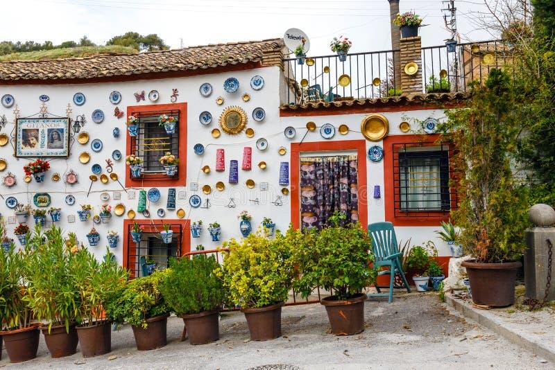 Granada, Espanha, o 6 de abril de 2018: : Fachada de uma casa tradicional com as placas e os potenciômetros cerâmicos decorativos fotografia de stock
