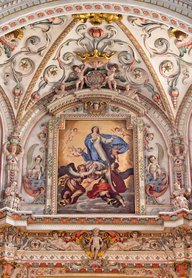 Granada - het detail van fresko in barok heiligdom in kerk Monasterio DE La Cartuja met de Veronderstelling van het Maagdelijke s stock afbeelding