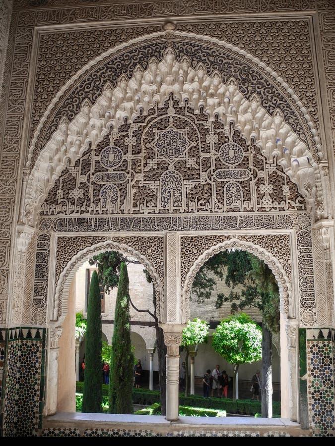 GRANADA, HISZPANIA - 2 MAJ, 2015 Rzeźbiący drewniany okno widok Granada zdjęcie royalty free