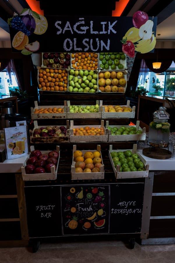 Granada, naranja y manzanas en casos de madera imagenes de archivo