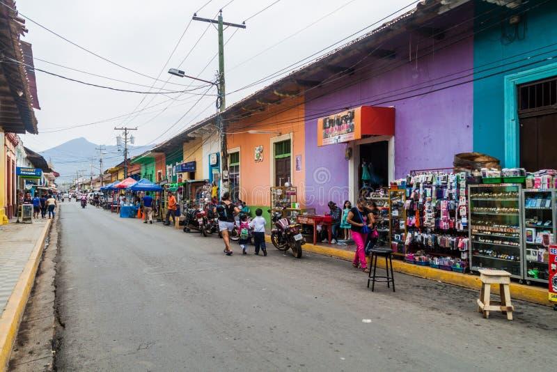 GRANADA, NICARÁGUA - 28 DE ABRIL DE 2016: Ideia de tendas do mercado em uma rua colorida em Granada, Nicarag imagem de stock