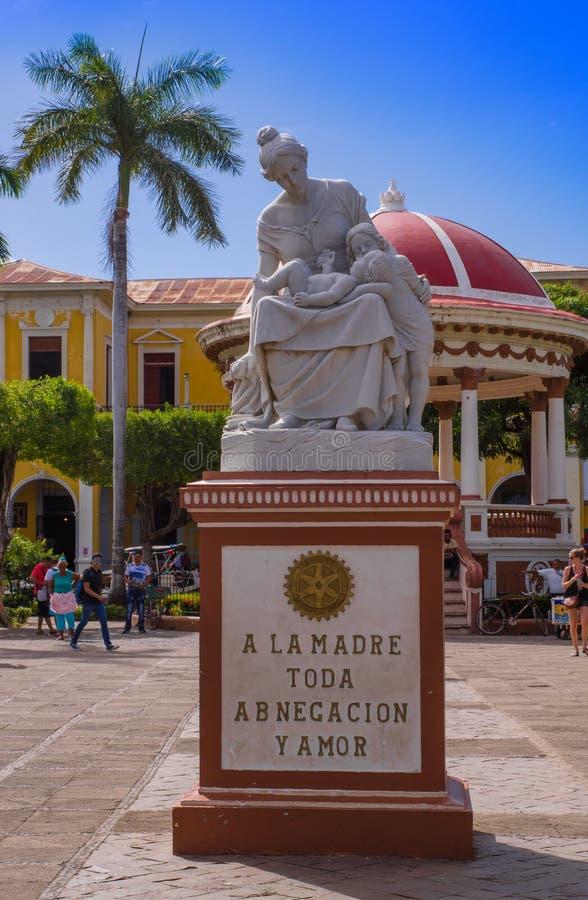 GRANADA, NICARÁGUA, MAIO, 14, 2018: A estátua apedrejada devotou à maternidade na central de Parque, Central Park na cidade histó fotografia de stock royalty free