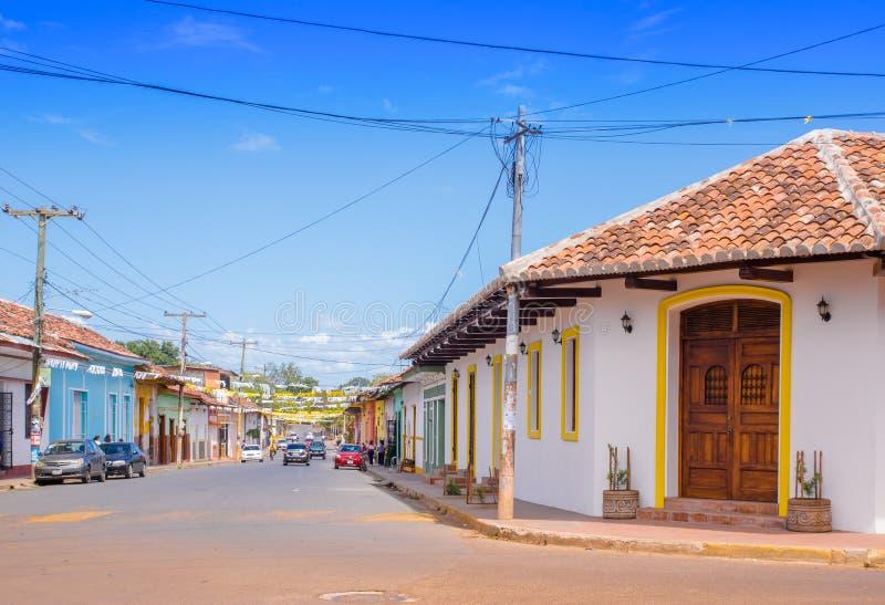 GRANADA, NICARÁGUA, MAIO, 14, 2018: Fachada do alojamento tradicional e colorido na cidade de Granada, Nicarágua imagens de stock royalty free