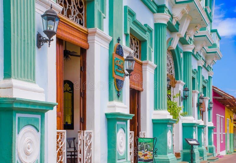 GRANADA, NICARÁGUA, MAIO, 14, 2018: Vista exterior de construções da fachada com parede de turquesa e a porta de madeira no histó fotos de stock royalty free