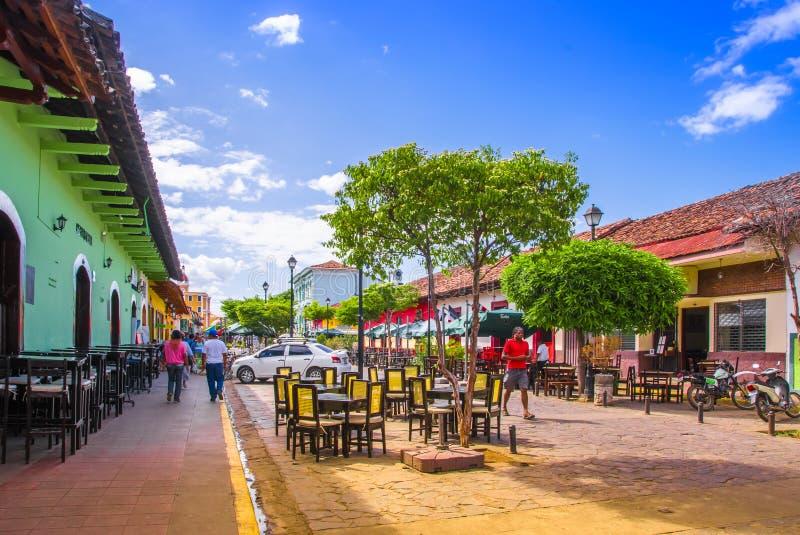 GRANADA, NICARÁGUA, MAIO, 14, 2018: Vista exterior de transportes puxados por cavalos decorados coloridos para o aluguer por turi foto de stock