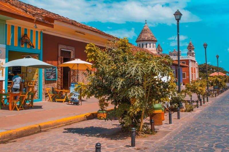 GRANADA, NICARAGUA - 28. APRIL 2016: Ansicht im Freien von Restaurants in Kolonial- und schönen bunten Gebäuden in Folge lizenzfreies stockfoto