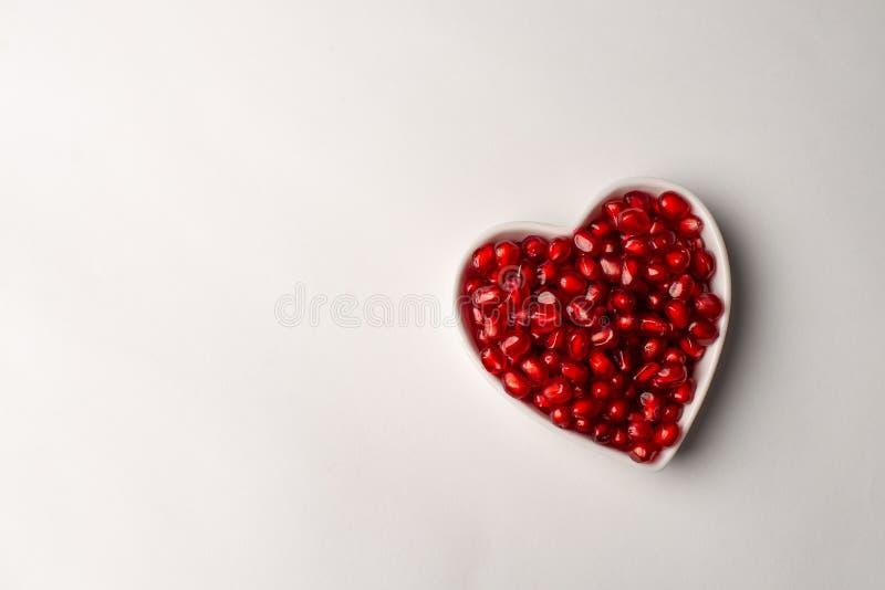 Granada orgánica roja con amor fotografía de archivo