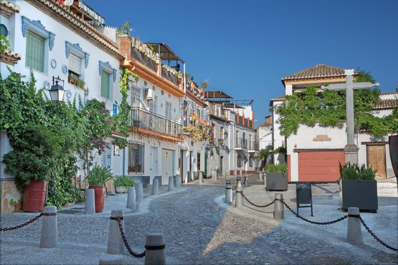 Granada - rua Calle Principal de San Bartolome no distrito de Albazyin imagem de stock