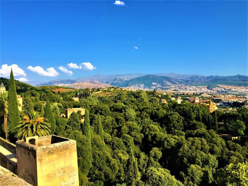 Granada sikt, träd, himmel och staden royaltyfri fotografi