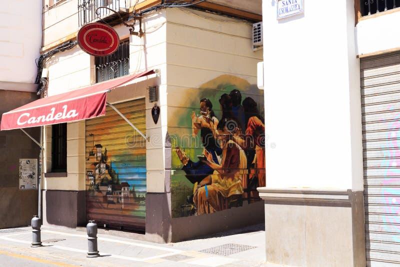 Granada Spanien - Maj 27, 2019: F?rgrika grafitti av en ok?nd konstn?r p? v?ggen fotografering för bildbyråer