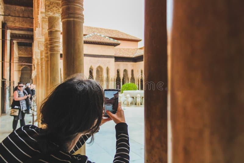 Granada Spanien - 5/6/18: Springbrunn av lejon, Nasrid dynastislott av lejonen, Alhambra royaltyfri foto