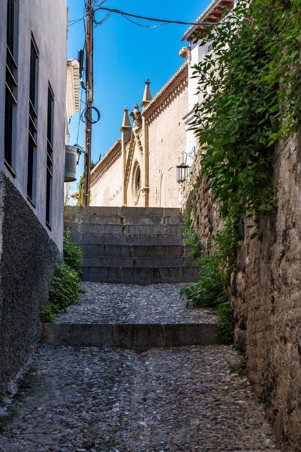 Granada, Spanje - smalle straat in het Moorse middeleeuwse kwart van Albaicin royalty-vrije stock fotografie