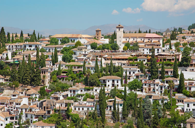 Granada - spojrzenie Albayzin świętego i okręgu Nicholas kościół od Alhambra obrazy stock