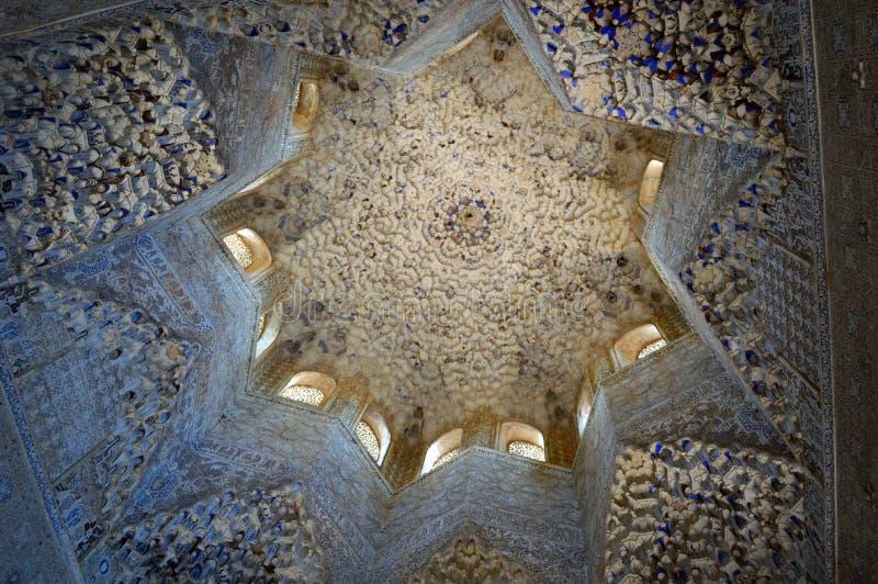 Granada - Zaal van Abencerrajes Andalucia Spanje stock foto