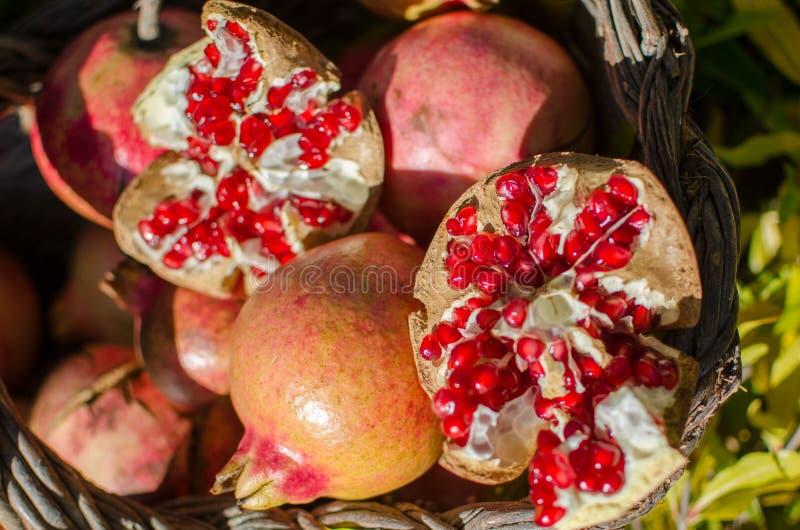 Granadas en la cesta, fruta estacional fotografía de archivo