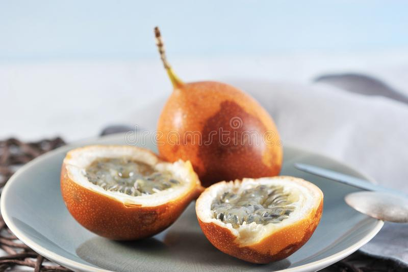 Granadilla ή grenadia passionfruit στο μπλε στοκ φωτογραφία