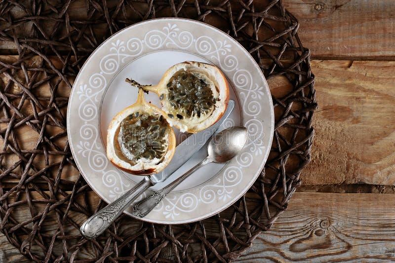 Granadilla ή grenadia passionfruit στο ξύλινο αγροτικό υπόβαθρο στοκ εικόνα με δικαίωμα ελεύθερης χρήσης