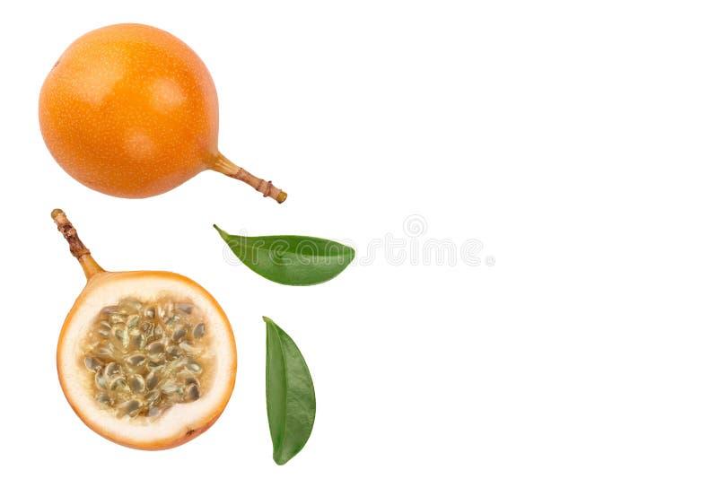 Granadilla eller gul passionfrukt med bladet som isoleras p? vit bakgrund med kopieringsutrymme f?r din text Top besk?dar plant arkivbild