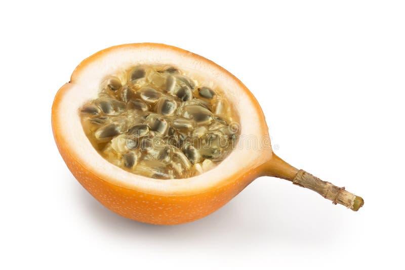 Granadilla o mitad amarilla de la fruta de la pasi?n aislada en el fondo blanco imagen de archivo