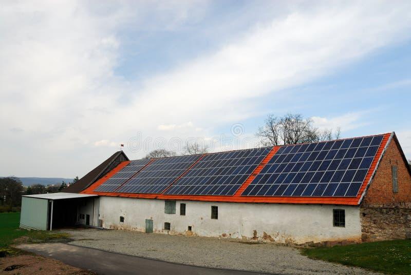 Granaio con i comitati solari immagini stock
