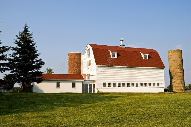 Granaio con il tetto ed i sili di Gambrel rossi fotografia stock