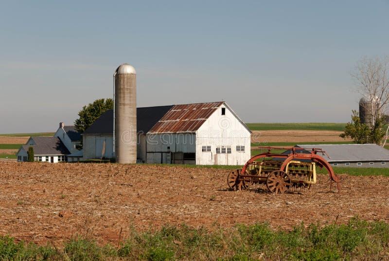 Granaio dell'azienda agricola di Amish ed attrezzatura 001 fotografia stock