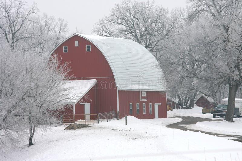 Granaio di colore rosso di inverno fotografia stock