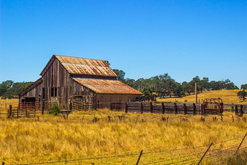 Granaio di legno d'annata con Tin Roof arrugginito immagine stock libera da diritti