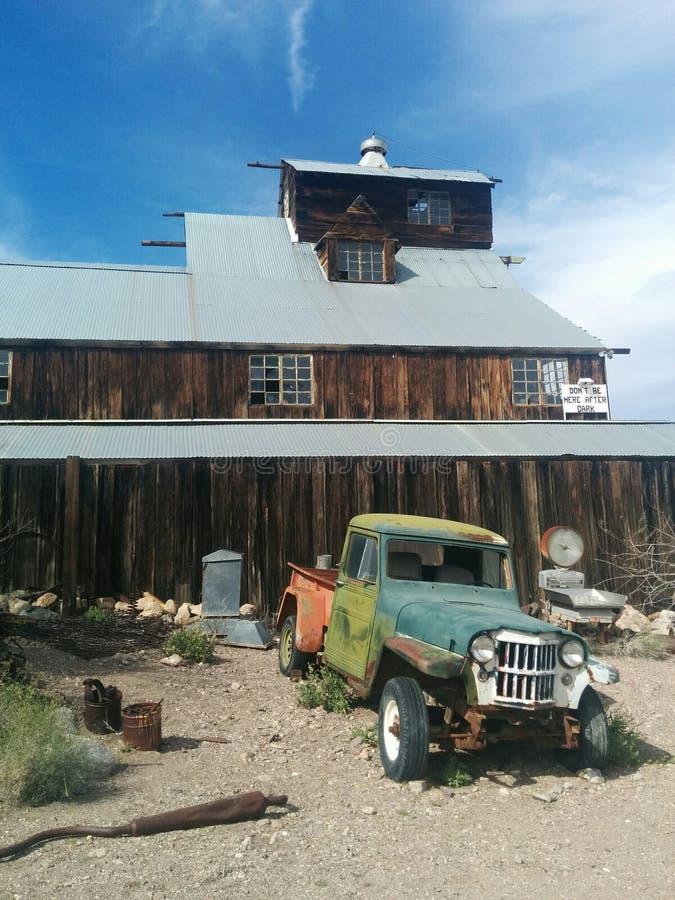 Granaio di legno di multi-storia enorme in deserto con il camion d'annata fotografie stock libere da diritti