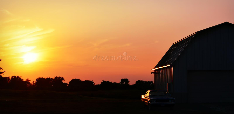 Granaio di tramonto, automobile antica immagine stock libera da diritti