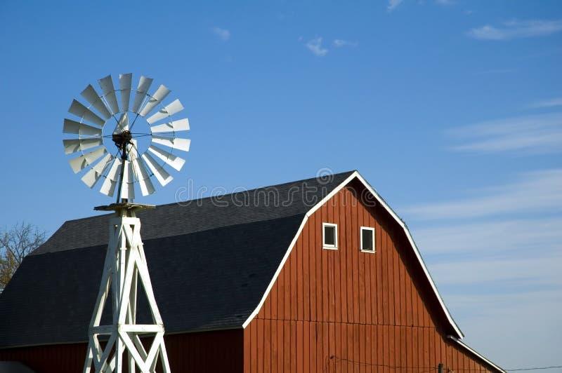 Granaio e mulino a vento fotografie stock libere da diritti