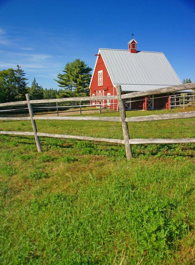 Granaio e rete fissa rossi della Nuova Inghilterra immagine stock libera da diritti