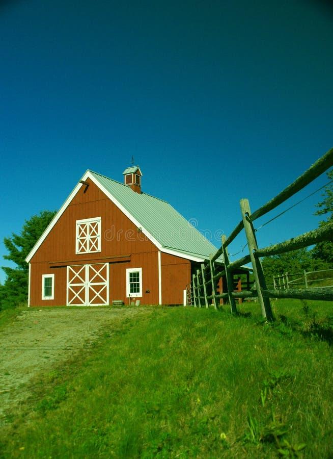 Granaio e rete fissa rossi della Nuova Inghilterra fotografie stock libere da diritti