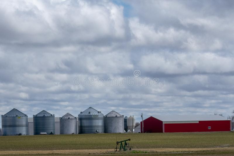 Granaio e silos in mezzo al campo dell'azienda agricola fotografie stock